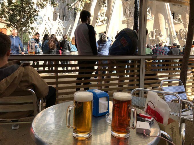 サグラダファミリア前でビール