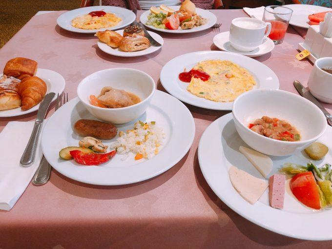 ホテルでの朝食風景