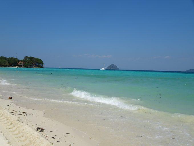 ピピ島のビーチ散策!海が透き通っていました。