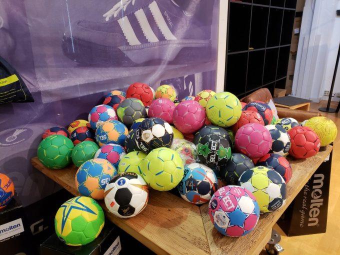 ハンドボールショップで。カラフルなハンドボール!