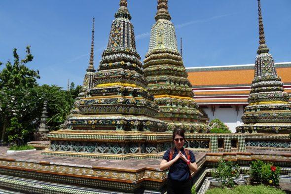 ワット・ポー内の仏塔の前で