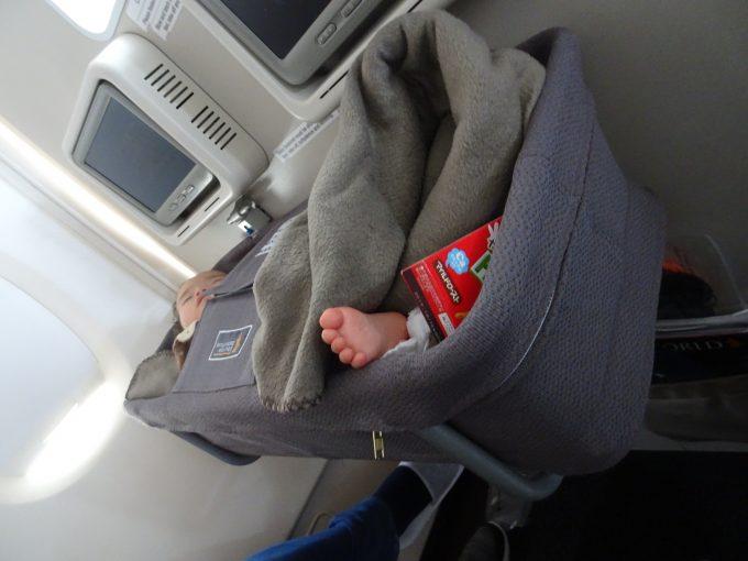 飛行機内の子ども用バシネット