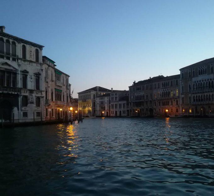 夜のベネチアの街並み