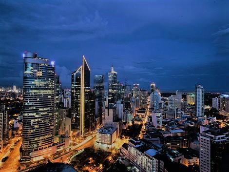 夜のマカティ-高層ビル