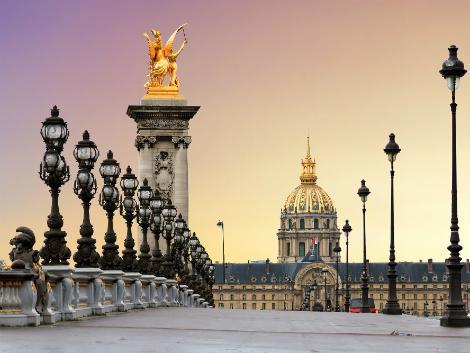 パリ:アレクサンドル3世橋の夕景