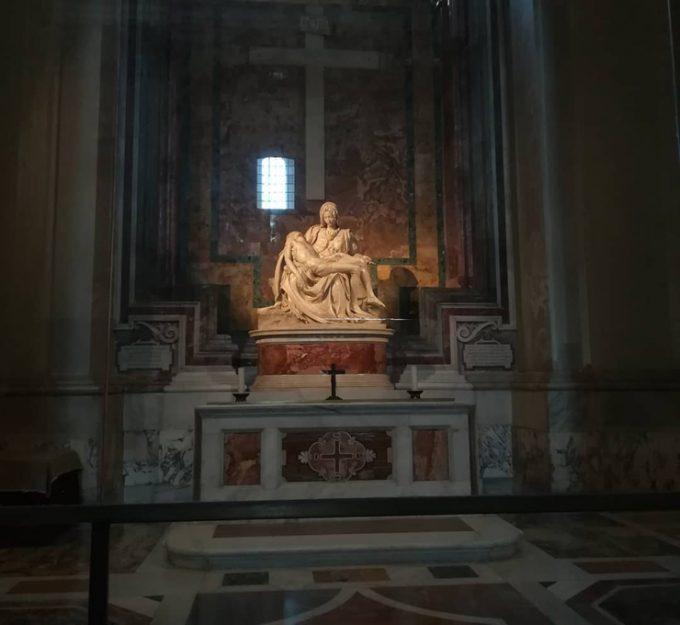 厳粛な雰囲気の「サン・ピエトロ寺院のピエタ」
