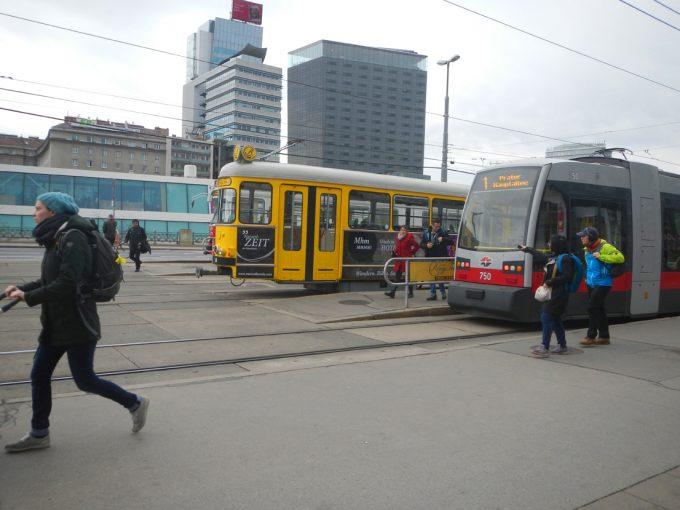 奥の黄色い車体がリンクトラム