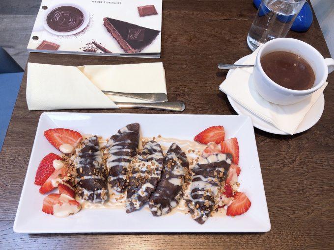 ヨーロッパ老舗のチョコレートカフェ、ウェデルにてチョコレートのピエロギとチョコレートドリンク