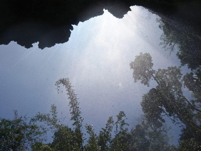滝の裏側からの光景