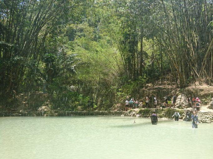 「ツマログの滝」の前に広がる溜池
