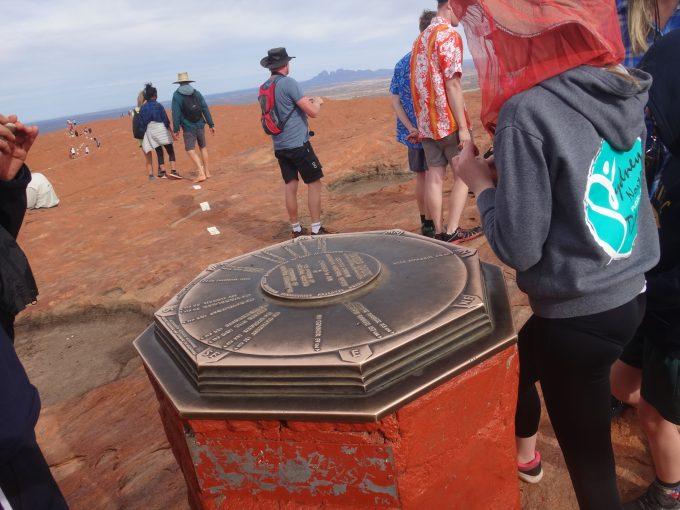 「エアーズロック山頂の方位盤」ここからは360度さえぎものがない地平線が眺められます。球は丸かった!