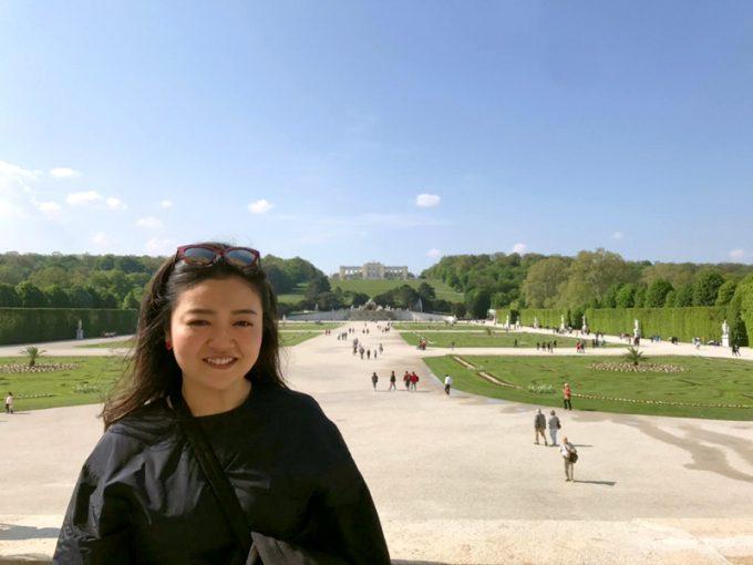 後方に見えるのが「シェーンブルン宮殿」