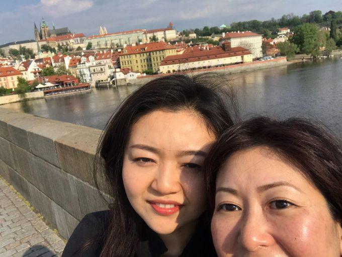 「プラハ城」を背に記念撮影