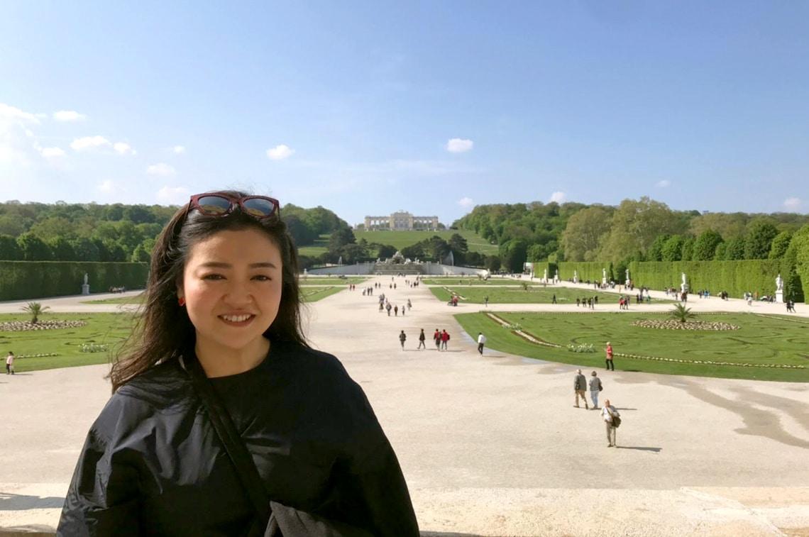 世界遺産「シェーンブルン宮殿」の広場にて