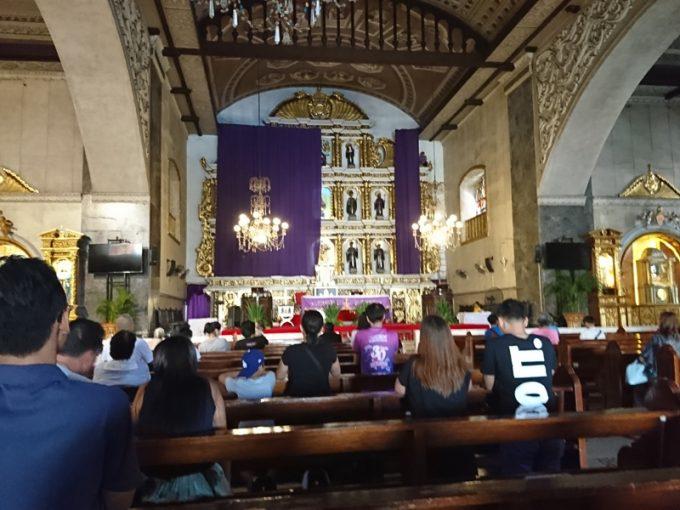 「サント・ニーニョ教会」の中では現地の方がお祈りを