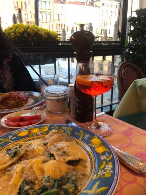 ベネチアで運河沿いのレストラン