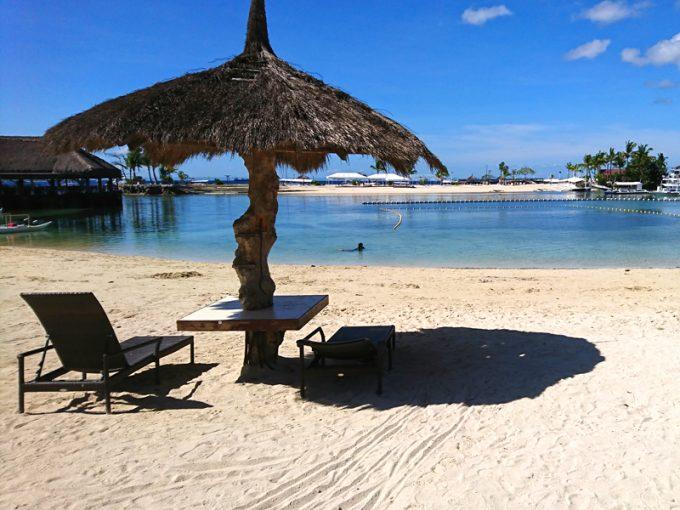 プライベートビーチ。対岸にはホテル所有の島が見えます!