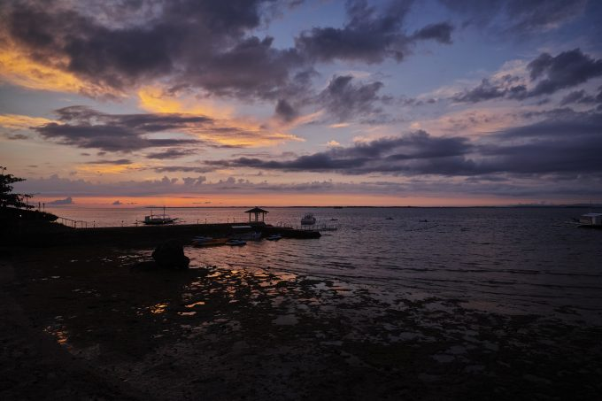 ホテルのビーチで日の出を待つ