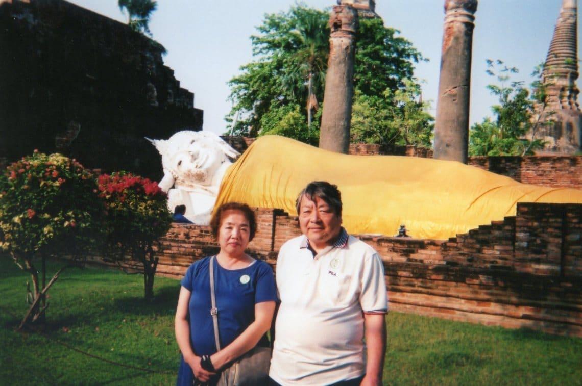 アユタヤ遺跡の涅槃像の前で記念撮影