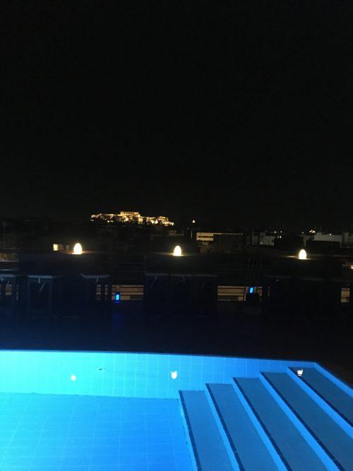 屋外プールバーからアクロポリスのライトアップが見られます