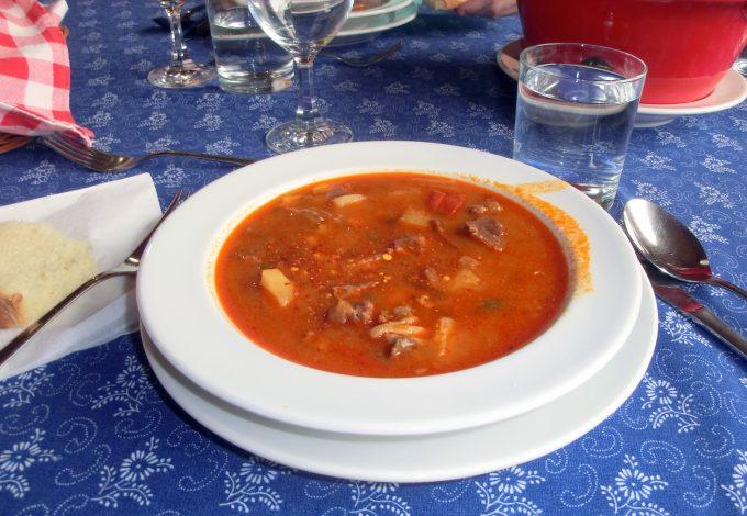 牛肉,ジャガイモ,ニンジンなどの具材たっぷりのスープ・グヤーシュ