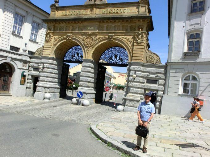 プルゼニュスキー・プラズドロイ醸造所50周年記念門前で