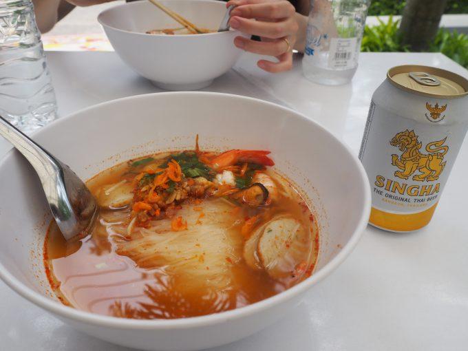 トミヤムクンとシンハービールです。1杯200~300円ほどで滞在中は4杯食べました!.JPG