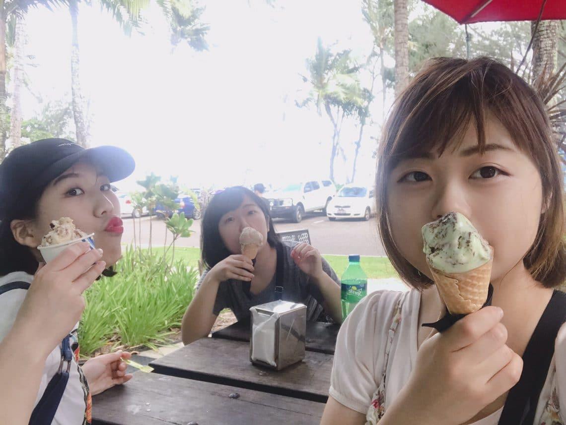 パームコーブにて、アイスをほおばる仲良し3人組