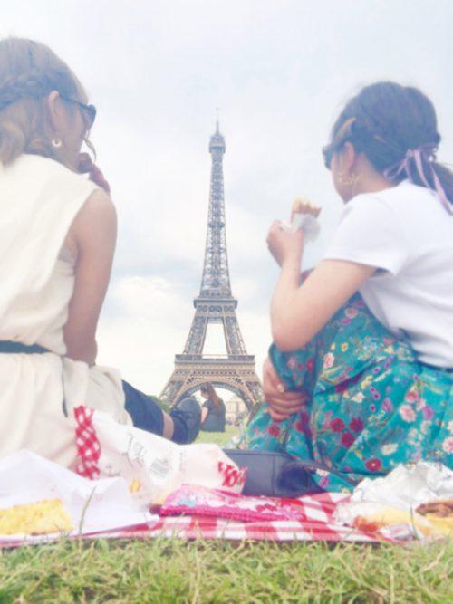 エッフェル塔の前でピクニック♪