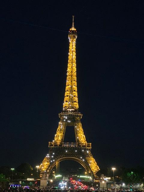 夜ライトアップされているエッフェル塔