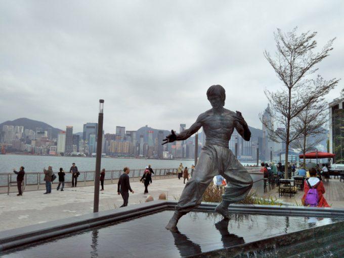 「アベニュー・オブ・スターズ」のブルース・リーの銅像