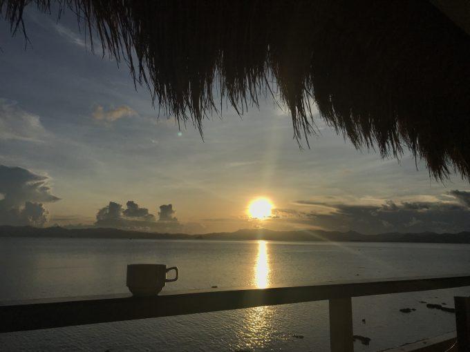 水上コテージ バルコニー からの夕日