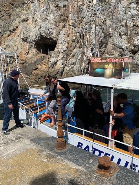 エメラルドの洞窟の入り口で小さい船に乗り移りました