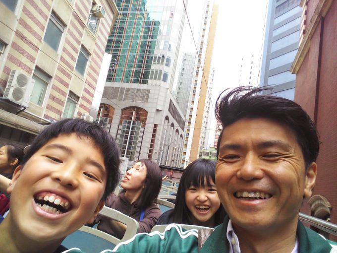 香港名物「オープントップバス」の2階席から
