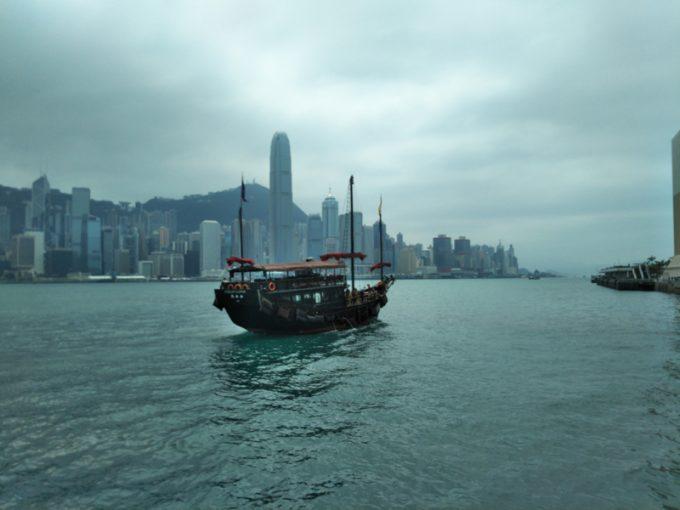 雰囲気のある帆船がゆく「ビクトリア・ハーバー」