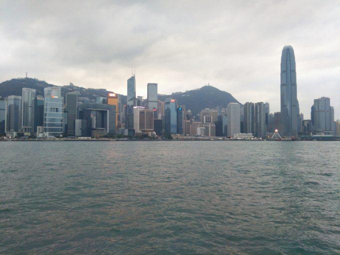 ビクトリア・ハーバー越しの「香港島」