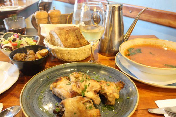 名物の魚介スープ「アリオッタ」とうさぎ料理