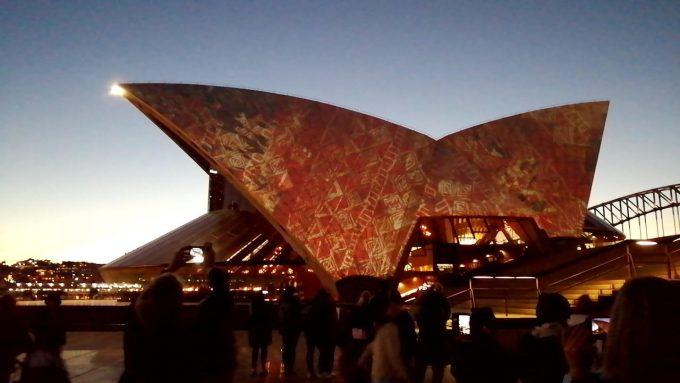 日没 オペラハウス屋根に浮かぶプロジェクションマッピング