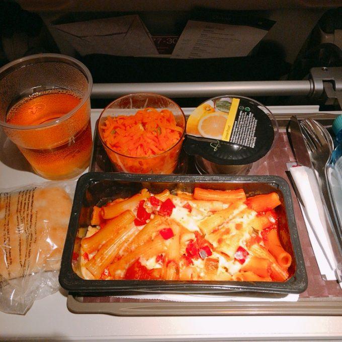 機内食。ペンネ、人参サラダ、レモンタルトカップ。