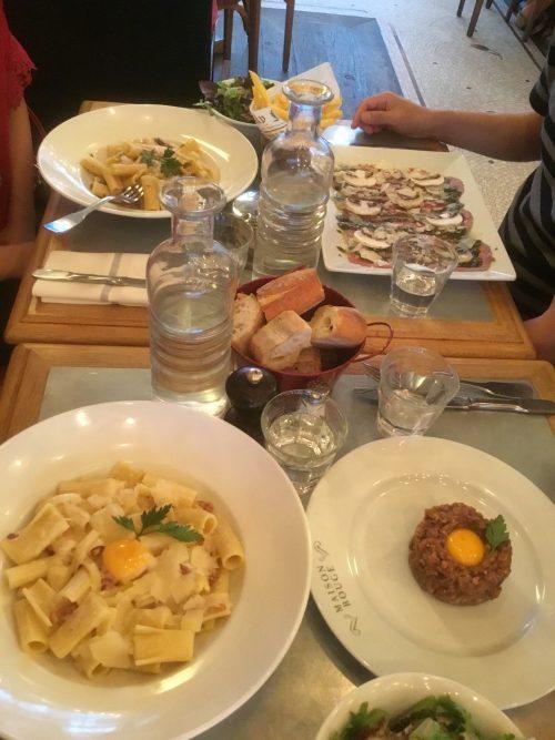パリのホテル前のレストランで夕食