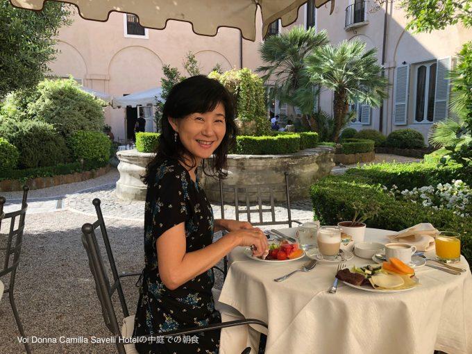 ホテル中庭での朝食
