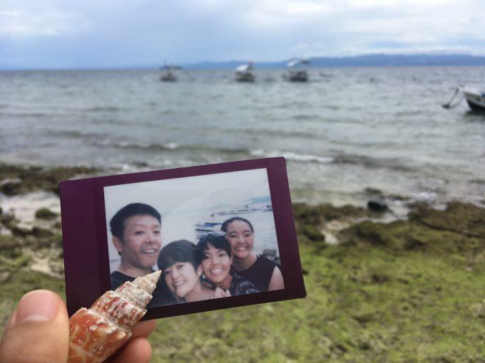 モワルボワルの海で拾った貝と家族写真