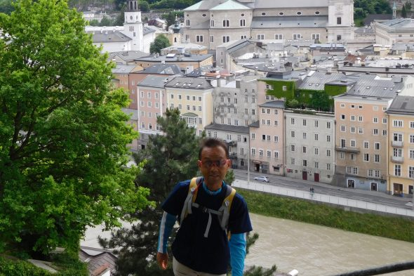 ザルツブルクの旧市街地を背景に記念撮影