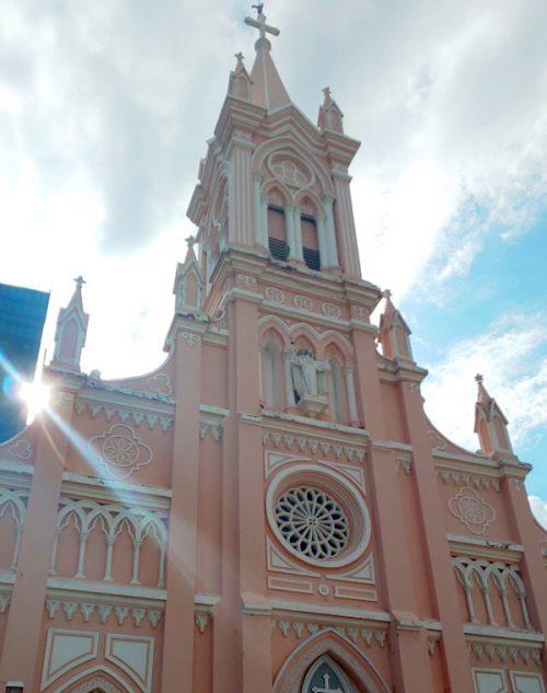 かわいらしいピンクの教会「ダナン大聖堂」