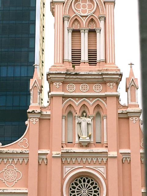 ピンクが可愛い「ダナン大聖堂」