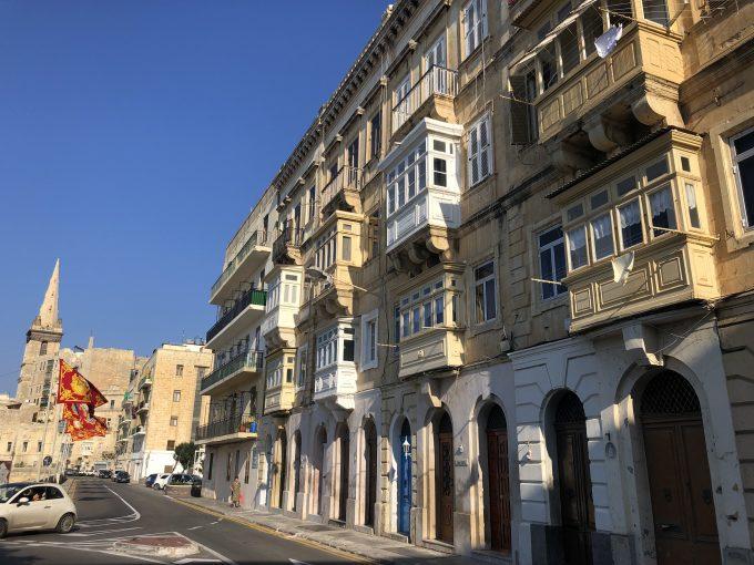 ヴァレッタの街並みはカラフルな出窓やドアが特徴。坂道や階段が多いので意外に体力が必要かも。