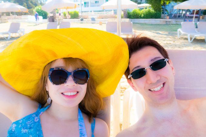 イビサのビーチにて。黄色い帽子はダルトビラで一目惚れで購入したお気に入り♡