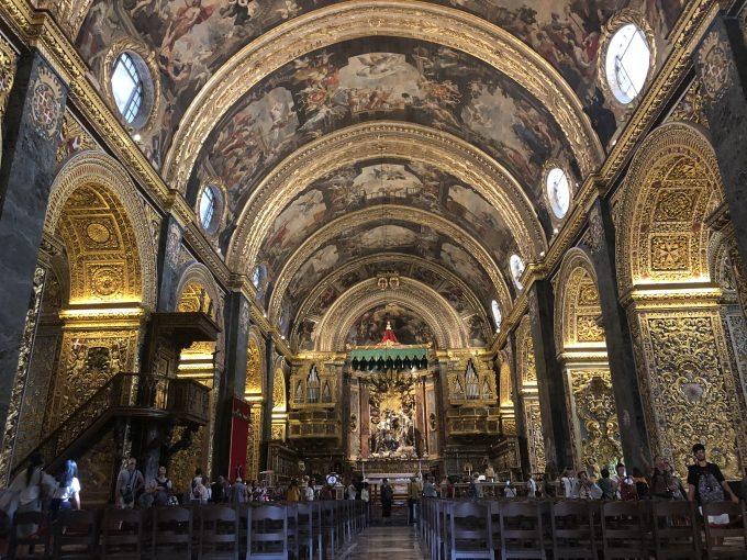 ヴァレッタの聖ヨハネ大聖堂。天井から床まで豪華な装飾が施されており、圧巻でした。