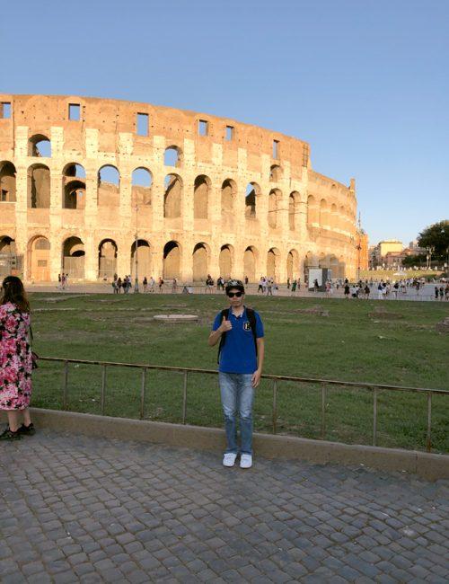 コロッセオを背景に記念写真!