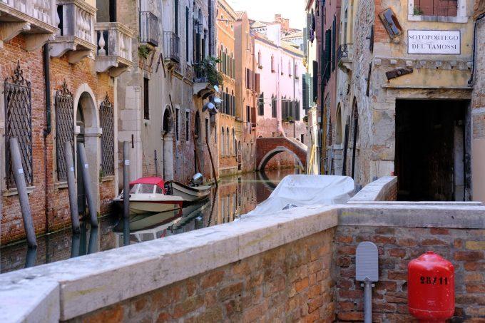 ベネチアの風情あふれる水路
